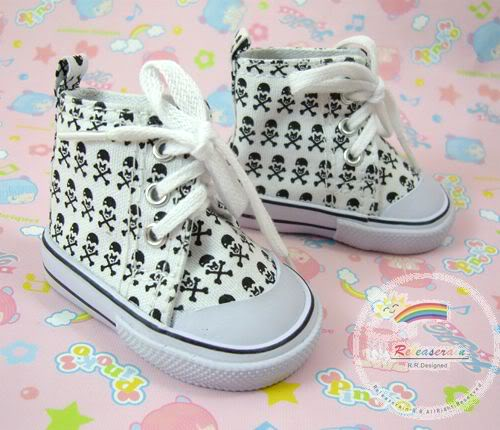 Low Top White Skull and Cross Bones Tennis Shoe /